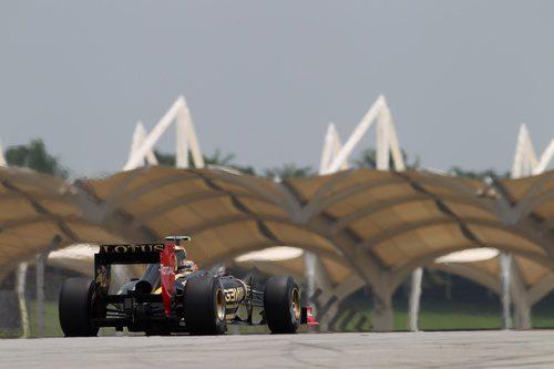 Romain Grosjean parado en el circuito de Sepang