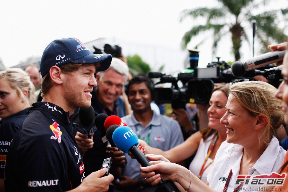 Sebastian Vettel atiende a los medios en Sepang