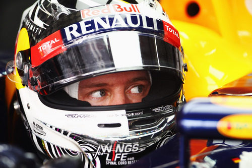 Sebastian Vettel sentado en su RB8