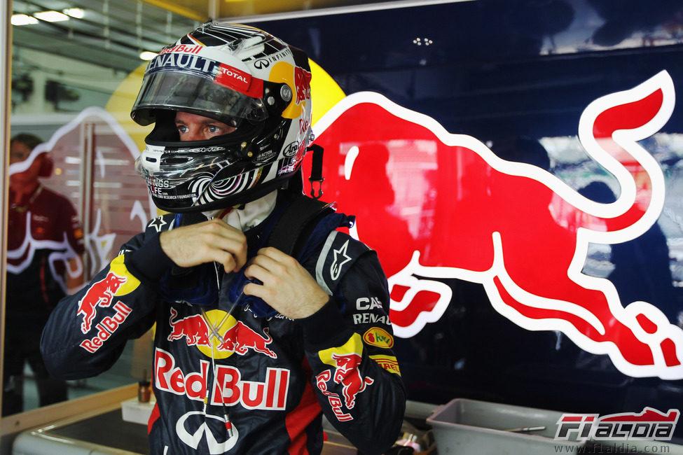 Sebastian Vettel se prepara para subirse a su RB8