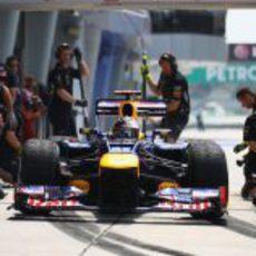 Sebastian Vettel practica un pit-stop en Sepang