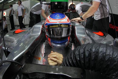 Jenson Button sentado en su McLaren