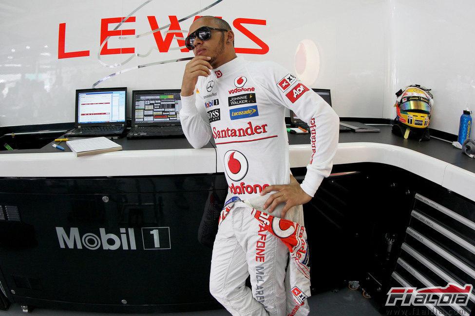 Lewis Hamilton en el box esperando a sus ingenieros