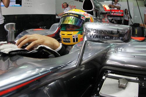 Lewis Hamilton sentado en su MP4-27
