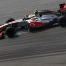 Lewis Hamilton apurando una frenada en Sepang