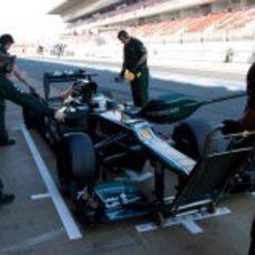 Heikki Kovalainen practica un pit-stop