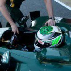 Un mecánico ayuda a Kovalainen a meter su monoplaza en boxes