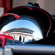Casco de un mecánico de McLaren