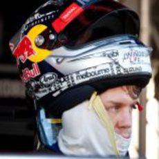 Sebastian Vettel con el casco a medio poner