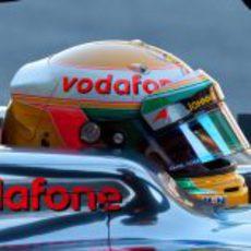 Lewis Hamilton sentado en su monoplaza para la temporada 2012