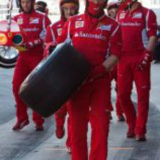 Mecánico de Ferrari cargando con una Pirelli