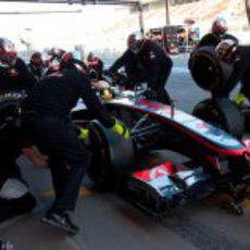 Lewis Hamilton practica un pit-stop