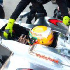 Lewis Hamilton es empujado a los boxes