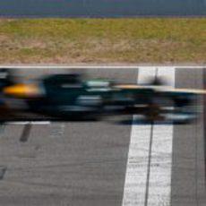Un Caterham pasa a toda velocidad por la linea de meta