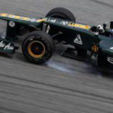 Vitaly Petrov se pasa de frenada en una de las curvas del Circuito de Sepang