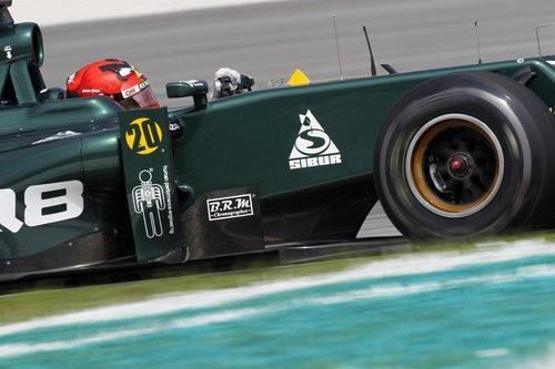 Heikki Kovalainen y su característico casco en el circuito de Malasia
