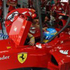 Fernando Alonso sentado en su F2012