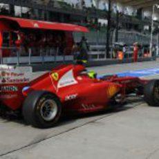 Felipe Massa llegando al box de Ferrari