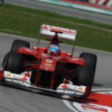 Fernando Alonso encara una curva en Sepang