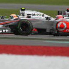 Hamilton y Button juntos en el carrera de Malasia 2012
