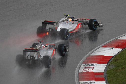 Jenson Button y Lewis Hamilton pelean en Sepang