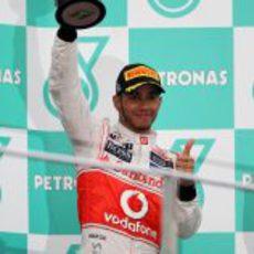 Lewis Hamilton levanta su trofeo en el GP de Malasia 2012