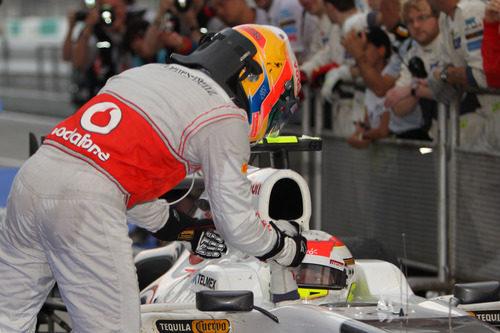 Lewis Hamilton felicita a Sergio Pérez por su segundo puesto