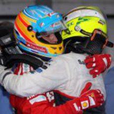 Alonso y Pérez se abrazan tras el GP de Malasia 2012