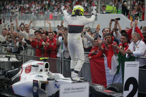 Sergio Pérez celebra con su equipo el segundo puesto