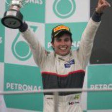 Sergio Pérez levanta su trofeo en el GP de Malasia 2012