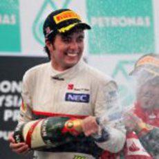 Sergio Pérez descorcha el champán en el podio de Malasia 2012