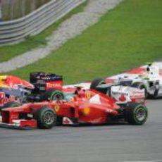 Fernando Alonso intenta adelantar por fuera en Malasia 2012