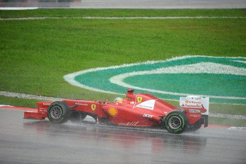 Fernando Alonso rueda sobre el agua de Malasia