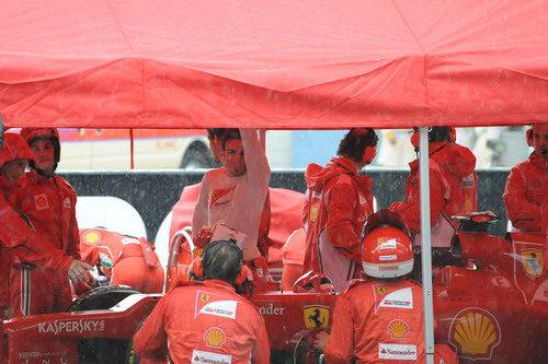 Fernando Alonso bajo el tenderete de Ferrari en Sepang