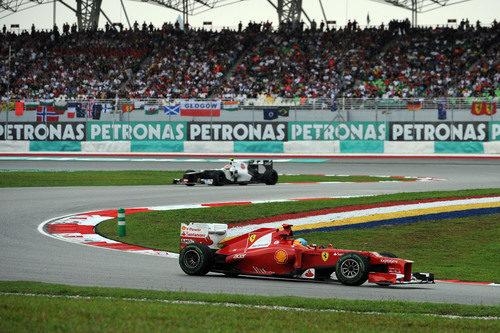 Sergio Pérez se acerca a Fernando Alonso en la carrera de Malasia