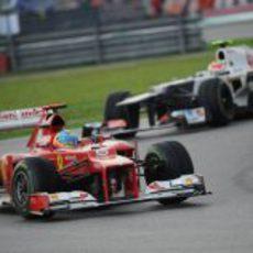 Fernando Alonso y Sergio Pérez luchan en el GP de Malasia 2012