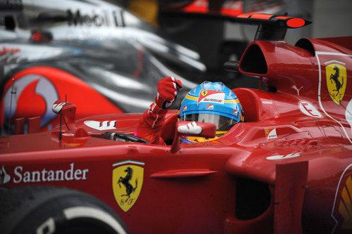 Fernando Alonso celebra la victoria desde su Ferrari