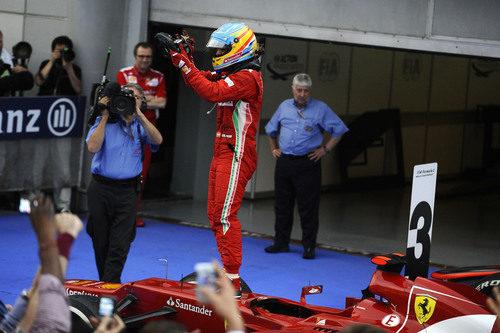 Alonso se sube encima del Ferrari para celebrar su victoria en Malasia