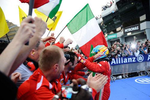 Fernando Alonso celebra la victoria de Malasia con su equipo