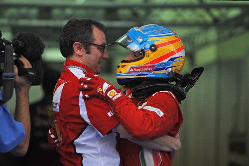 Stefano Domenicali y Fernando Alonso se abrazan en el GP de Malasia 2012