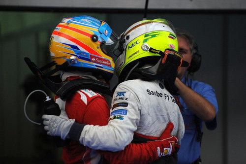 Alonso y Pérez se abrazan por su carrera en Malasia
