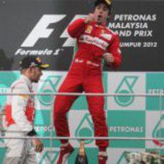 Fernando Alonso salta en el podio del GP de Malasia 2012