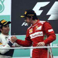 Sergio Pérez y Fernando Alonso se felicitan en el podio del GP de Malasia 2012
