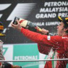 Fernando Alonso bebe champán en el podio de Malasia 2012