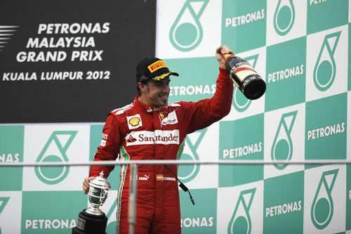 Fernando Alonso en el podio de Sepang