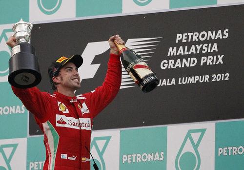 Alonso levanta su trofeo en el GP de Malasia 2012