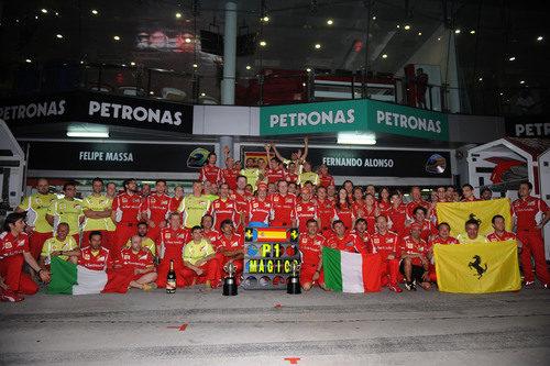 "Todo el equipo Ferrari celebra un fin de semana ""mágico"" en Sepang"