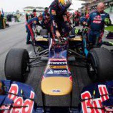 Jean-Eric Vergne se sube al STR7 para comenzar la carrera