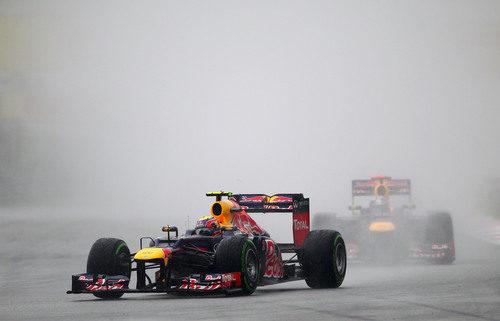 Mark Webber sobre el asfalto mojado de Sepang