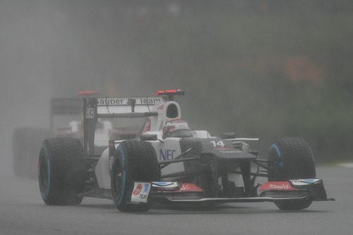 Kamui Kobayashi rueda sobre el asfalto mojado de Sepang